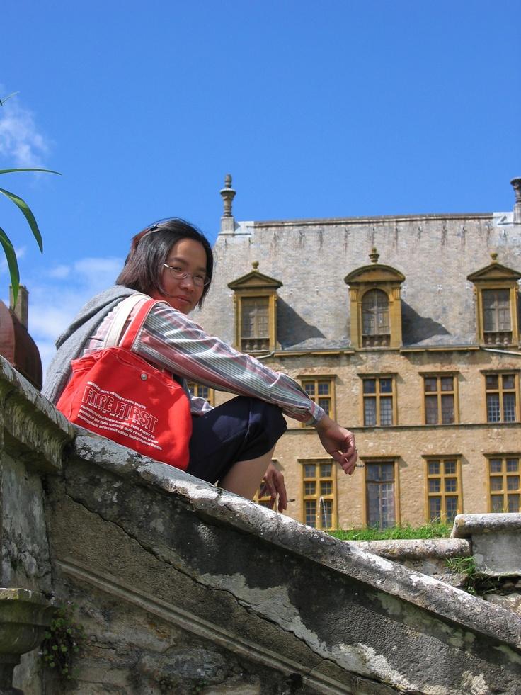 Château de Fléchères: Ik hou van dit kasteel. Een groot kasteel met rondleidingen (Engels?). Het is gevestigd is een groot park, in het midden van het platteland. Slechts 10 minuten van ons huis in Fareins. http://www.chateaudeflecheres.com  Wie is die vrouw?