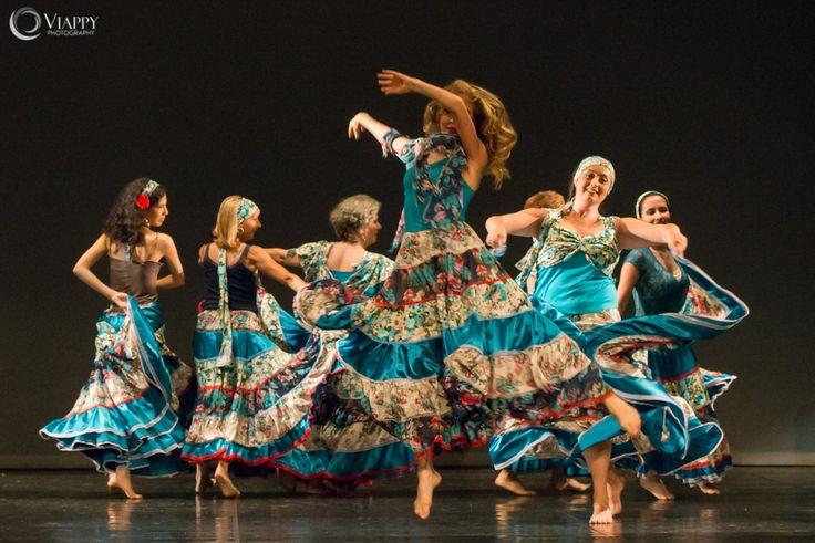 Le Danze Gitane Gypsy di Victoria Ivanova, con carattere, espressività e allegria, celebrano la vita in ogni istante, come un flusso di colori con tutte le loro sfumature...   Sono danze di libertà, fuori dagli schemi rigidi della quotidianità, creando uno spazio magico, la condivisione di momenti intensi ed emozioni, esprimendo la gioia nel cuore!  http://www.spazioaries.it/Upload/DynaPages/gypsy-duende.php#gitana #gypsy #danza #gonna #duende