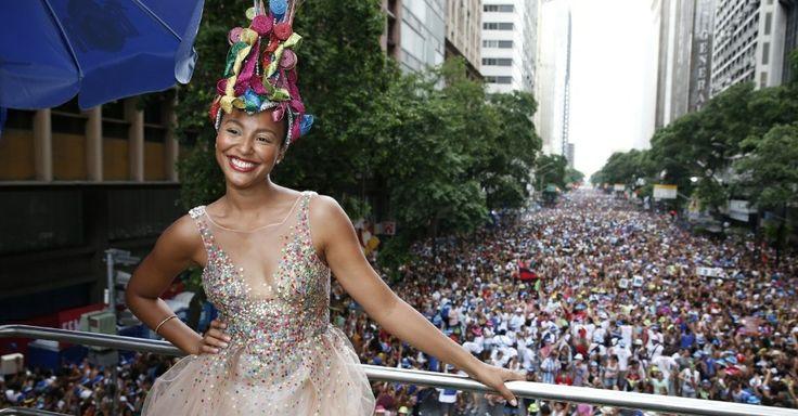 Imagem 502/1000: 3.fev.2013 - Sheron Menezes, a Miss Simpatia do bloco de Preta Gil, se diverte durante passagem do bloco nas ruas do centro...