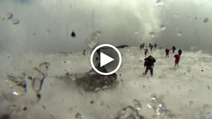 In questo filmato girato da una troupe della Bbc, il momento dell'esplosione sull'Etna che ha causato il ferimento di dieci persone - tra turisti...