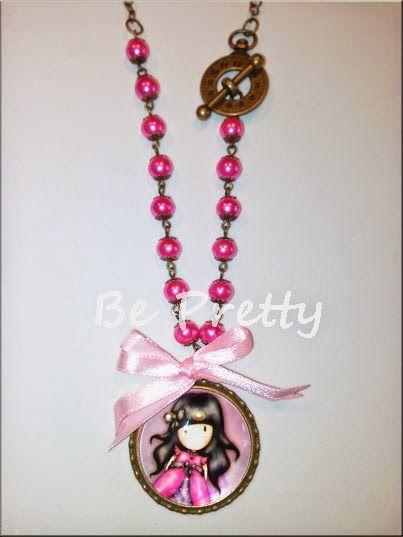 Colar comprido com corrente de cor cobre, pérolas de vidro rosa e medalhão Gorgeous nos mesmos tons.