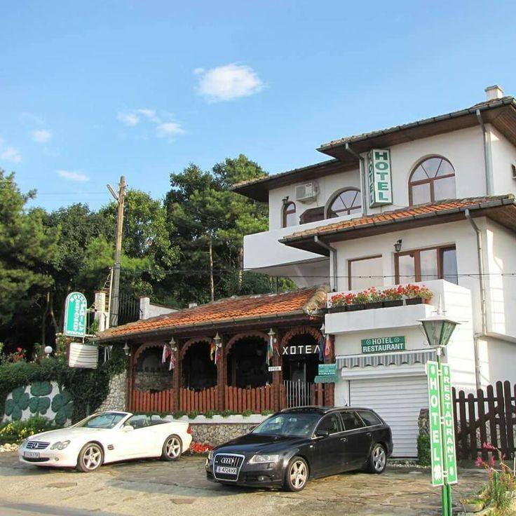 Семеен хотел Стефан се състои от 3 етажа, като разполага с 2 тройни стаи, 6 двойни стаи и 2 апартамента. Стаите са уютно обзаведени и разполагат с кабелна телевизия, интернет, хладилник и климатик. Ресторантът към хотела разполага с 40 места.