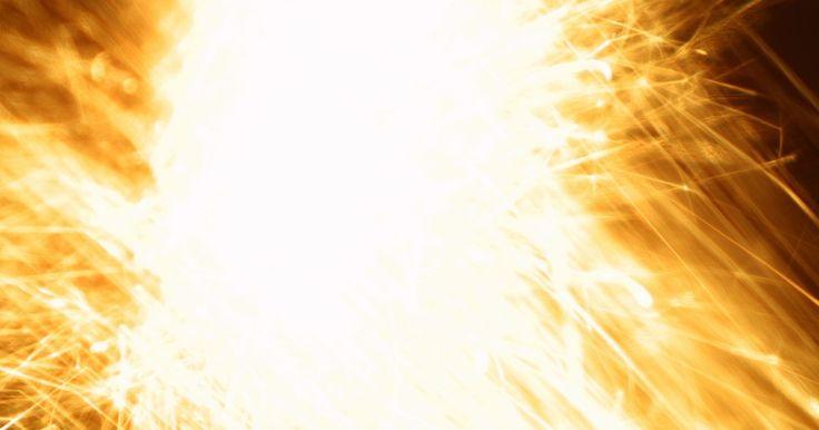 ¿Cuál es la definición de descarga eléctrica?. Un arco eléctrico es una descarga eléctrica que utiliza el aire como conductor, la explosión de una fuente de alto voltaje a otro conductor o de tierra cercana. La liberación puede ser 5000 ºF (2760 ºC) o más caliente, puede derretir metales cercanos y dañar los circuitos eléctricos involucrados. El brillo, el calor y la fuerza del arco eléctrico ...
