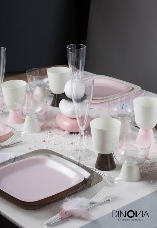 """Décoration de table """"rose poudrée"""" pour noël ! Une table toute en vaisselle jetable avec l'ensemble des produits sur www.dinovia.fr"""
