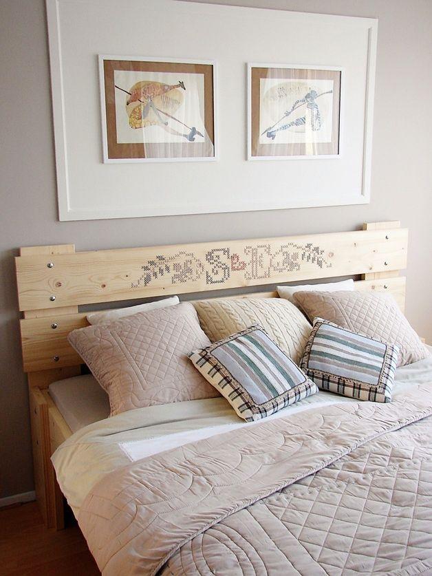 вышитое сосновое изголовье кровати