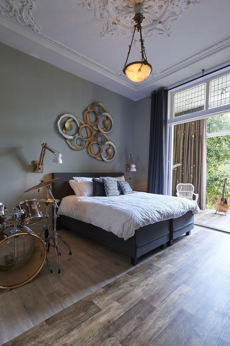 Stoer groen en fris geel. Osiris Hertman voor RTL Woonmagazine. Mini loft in Delft. Gordijnen van A House of Happiness.