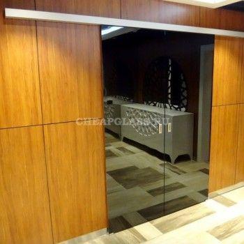 Раздвижные стеклянные двери для гардеробной комнаты.