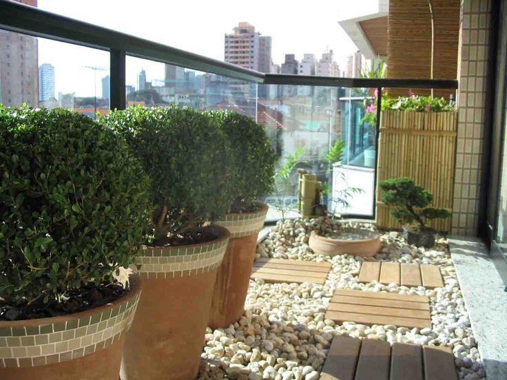 Temática! Esta varanda guarda um ar oriental  com  arbustos, Bonsai e uma mini fonte. As pedras no piso complementam o cenário.