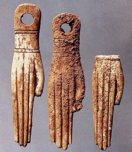 Palermo. Necropoli punica: amuleti in avorio a forma di mano chiaramente ispirati alla sfera religiosa egiziana. VI-V secolo a.C.