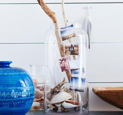 """Diese zauberhafte Dekoidee mit Treibholz und Urlaubsfotos fand ich in der aktuellen Ausgabe von """"Living at home"""". August 2014"""