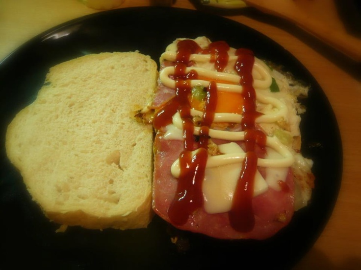 Zsír-szendvics:  1. Végy ki mindent a hűtőből (hagyma, tojás, paprika, sonka, ami van)  2. Dobd be egy serpenyőbe  3. Üss rá tojást  4. Tedd az elkészült lepényt 2 szelet pihe-puha kenyér közé  5. Ketchup-majonéz, ha szereted  6. Edd meg :)