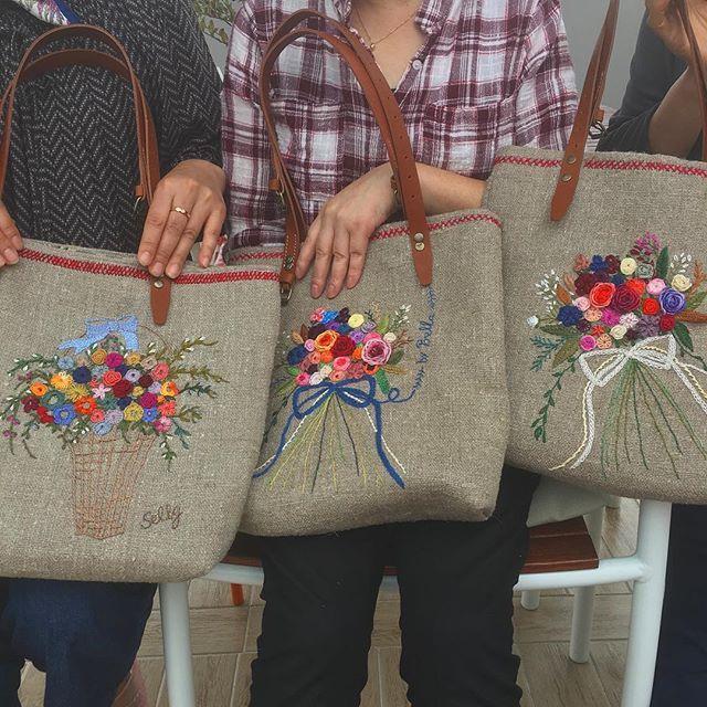 -2016/09/28 월요자수클래스 세분의 가방 완성하고 좋아하셔서~ 수고하셨읍니다 ~ . . . . . By Alley's home #embroidery#knitting#crochet#crossstitch#handmade#homedecor#needlework#antique#vintage#pottery#flower##ribbonembroidery#quilt#프랑스자수#진해프랑스자수#창원프랑스자수#리본자수#프랑스자수스티치북#자수파우치#자수티매트#자수브로치#자수코사지#진해이동앨리홈#자수소품#손자수#진해창원자수수업#린넨가방#꽃다발자수#꽃바구니자수#리투아니아린넨