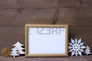 sapin decoration noel: Golden Picture Frame With White Christmas Decoration Like Christmas Tree And Snowflake. Copy Space For Advertisement. Vintage Wooden And Rustic Retro Background. Christmas Card For Seasons Greetings