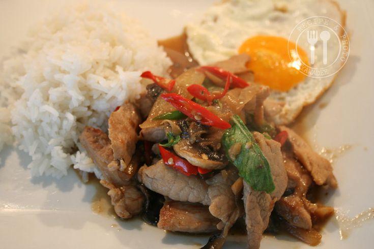 Thaise recepten van Piyawadee: Roergebakken varkensvlees met Thaise chilipeper en Heilige basilicum : Moé Phad Phrik Bai Kaprao