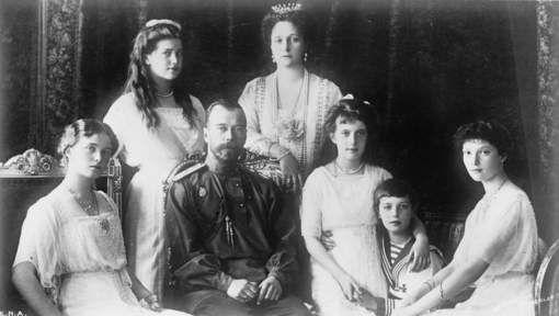 Russische onderzoekers hebben vandaag de lichamen opgegraven van de laatste tsaar Nicolaas II en zijn vrouw Alexandra. De twee liggen begraven in ...