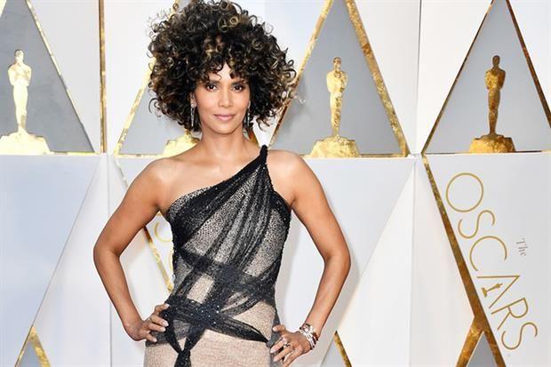 Premios Oscar 2017: peinados recogidos o con ondas y joyas para asistir a la ceremonia  Halle Berry se sumó a la moda de los rulos y optó por llevar su pelo al natural, poco maquillaje y pendientes que resaltan con el peinado