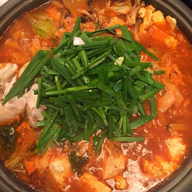 じいちゃんとばあちゃんを呼んだので、ホップレートで作りました。 - 28件のもぐもぐ - 豚肉と牡蠣とアサリとタラ入りのキムチ鍋〜味付けはキムチと味噌とすりゴマで by nakataka