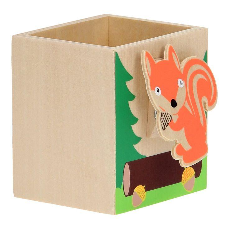 Deze houten Pennenhouder met Memoclip zorgt ervoor dat jij altijd een opgeruimd bureau hebt. En hij staat ook nog eens super leuk op jouw kamer. Het bakje is voorzien van een grappige eekhoorn, achter de knijper kun je bijvoorbeeld een leuke foto of bijzonder kaartje plaatsen. Afmeting: pennenhouder 7,5 x 7 x 6 cm Geschikt voor: Vanaf 3 jaar  - Houten Pennenhouder met Memoclip - Eekhoorn