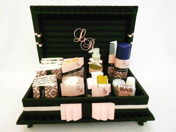 Caixa Kit toillet  com iniciais dos noivos bordadas na tampa. Ideal para festas de casamentos, aniversários ou bodas. Incluso produtos e embalagens personalizadas. Temos outras opções de tecidos e fitas. Consulte lista de produtos inclusos. R$ 329,99