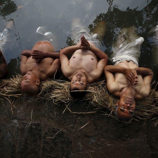 Fedeli pregano immersi nel fiume Hanumante a Bhaktapur, in Nepal, per celebrare Swasthani Brata Katha. Il nome della festa deriva dall'omonimo libro sacro che narra la storia degli dei Madhav Narayan e Swasthani. Durante il mese in cui si svolgono celebrazioni, i fedeli si recano nei templi, partecipano a rituali e recitano i capitoli del libro