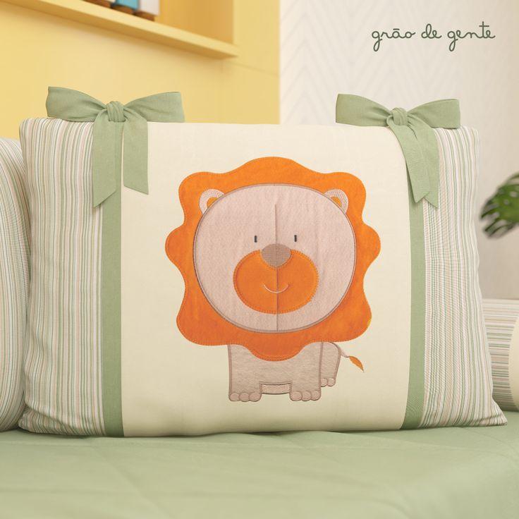 A almofada de leãozinho faz parte do kit cama babá Brincadeira na Selva, trazendo mais fofura e um toque especial ao acabamento.