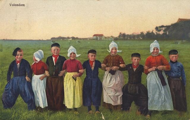 Groepsportret van vijf jongens en vier meisjes in dracht in een polder bij Volendam. 1930-1940 #NoordHolland #Volendam
