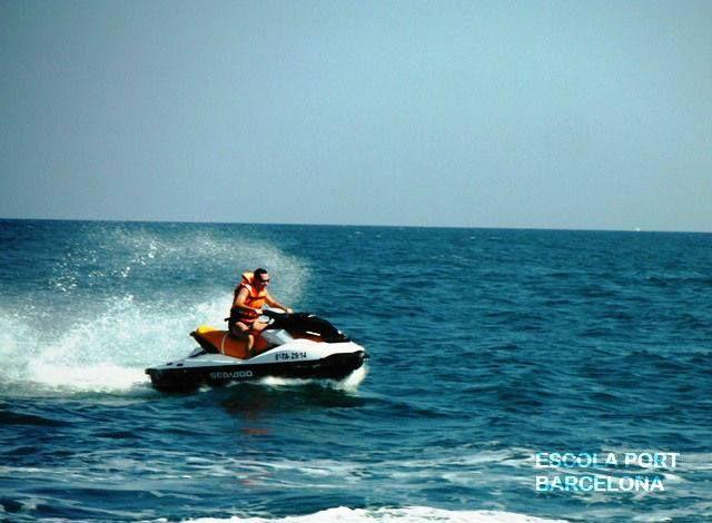 Disfruta de la adrenalina que te da ir en una jet ski por el litoral de barcelona