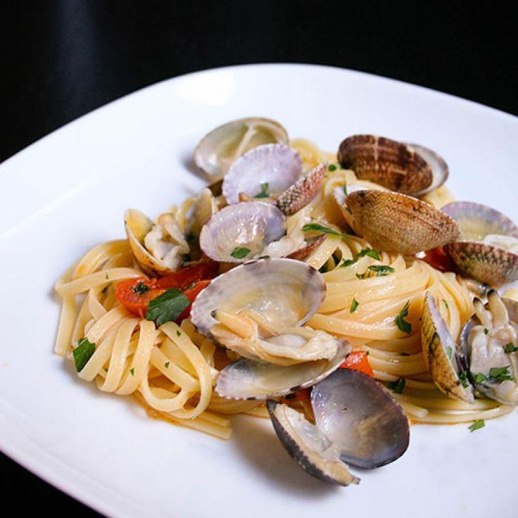 Ricetta Facile - Come fare la ricetta della Calamarata con frutti di mare Lavate i frutti di mare, bisogna che lasciate spurgare in acqua fresca le vongole e i lupini fino alla preparazione, metteteli in una ciotola copriteli di acqua, possibilmente di mare, ovvero quella che solitamente trovate dal pescivendolo, eliminate se presenti frutti di mare col guscio rotto. Fate bollire l�acqua e mettete a cuocere la pasta. Usate una padella ampia, cospargete il fondo con olio e un po' di sale, ...