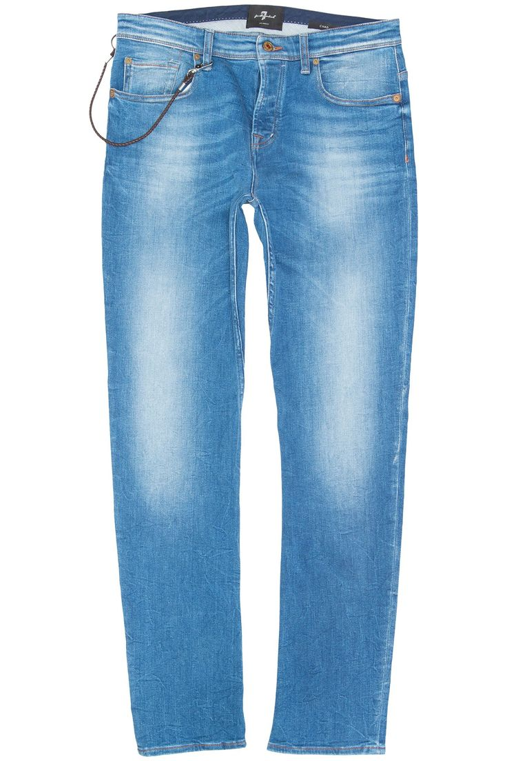 7 FOR ALL MANKIND Chad AmMoonLight Lichtblauw gewassen stretch jeans in het model Chad van 7 For All Mankind. De blauwe jeans heeft een prachtige wassing waar het label veel aandacht aan besteed. De zachte denim in combinatie met stretch geven deze jeans het ultieme draagcomfort waar 7 For All Mankind natuurlijk zo bekend om staat. Mooi detail zijn de leren accenten onder de spijkers met het lijnenspel op de achterzakken en natuurlijk het afneembare keycord.