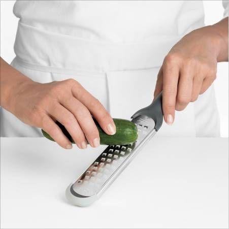 Cuisipro - strugotarka średnia Accutec. Praktyczna tarka ze średnimi ostrzami. Służy do tarcia warzyw, serów czy czekolady . Uchwyt jest ergonomiczny i wygodny. Na końcu znajduje się  antypoślizgowe zabezpieczenie. Tarka posiada dwufunkcyjną osłonę plastikową, chroni ostrza przed stępieniem oraz przed przypadkowym zranieniem. W trakcie tarcia osłonę można zamocować pod ostrzem, pełni ona wtedy funkcję pojemnika z podziałką w mililitrach oraz łyżkach.