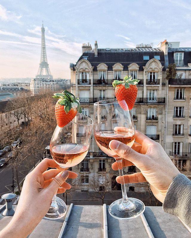 A moment on a Parisian rooftop  / Успешно пересекла английскую границу  В ожидании приключений, поделюсь с вами чудесным мгновением на любимой парижской крыше  #paris #france