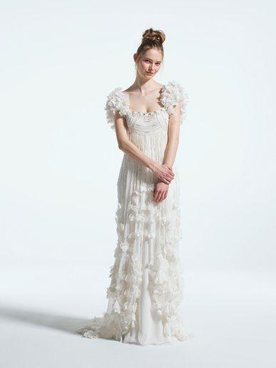 ミラーミラー(MIRROR MIRROR) 全体を彩る華やかなスパンコール刺繍、花びらのようなロマンティックな装飾がクチュールムードあふれる一着。