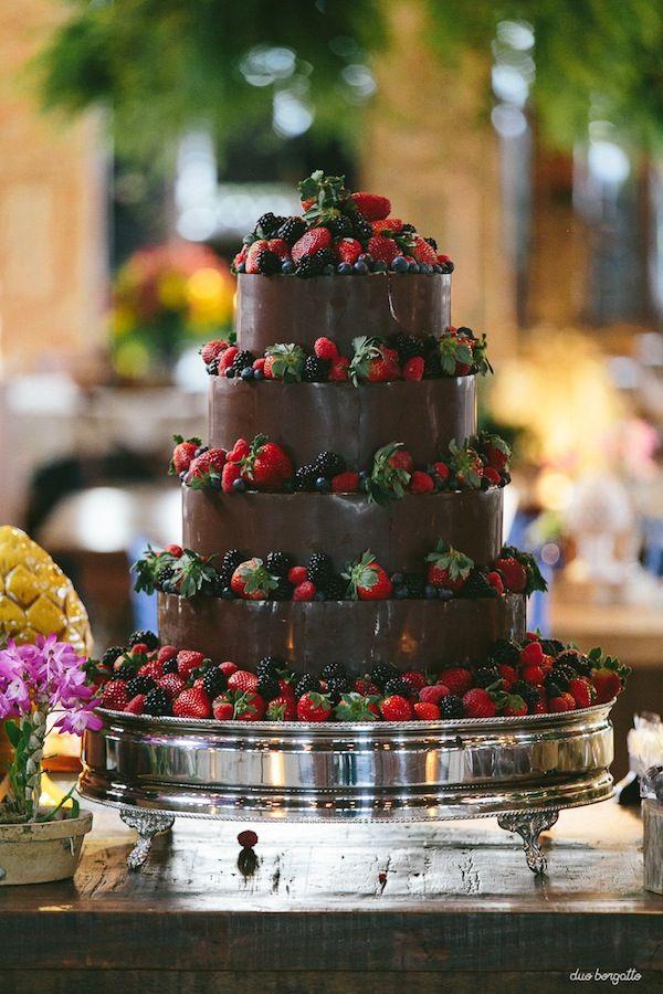 Bolo de chocolate com quatro andares e frutas vermelhas. Fotos: Duo Borgatto