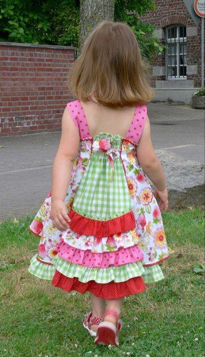 Mehrgrößenschnittmuster, Größen: 86/92, 98/104, 110/116, 122/128, 134/140 Alle Größen sind auf dem Schnittmusterbogen abgebildet. Feliz – Das Kleid für fröhliche Mädchen Toll als Einschulungskleid! FELIZ bedeutet fröhlich auf...