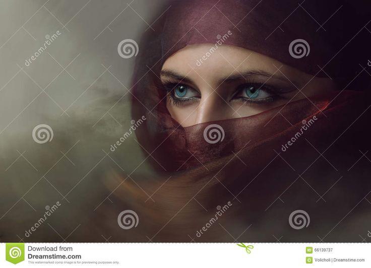 Jonge Arabische Vrouw In Hijab Met Sexy Blauwe Ogen Stock Foto - Afbeelding: 66139737