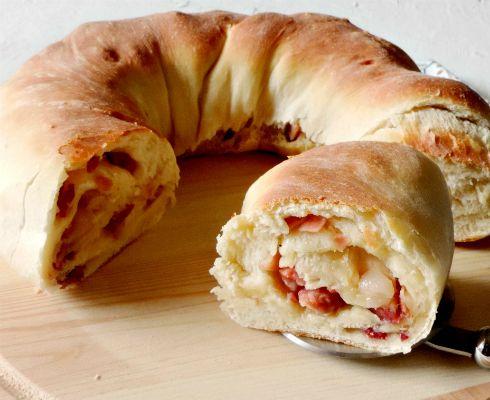 Il Tortano Napoletano è un lievitato salato tipico della tradizione gastronomica Partenopea, quel Piatto Jolly che mette d'accordo tutti.