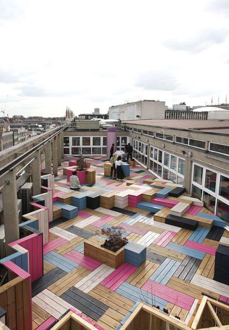 Deck pintado de colores y puesto e patrón herringbone. Una alternativa diferente de decks.