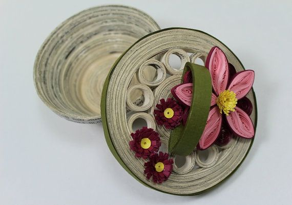 Recycled paper trinket box decorated with a pink and burgundy quilled daisy