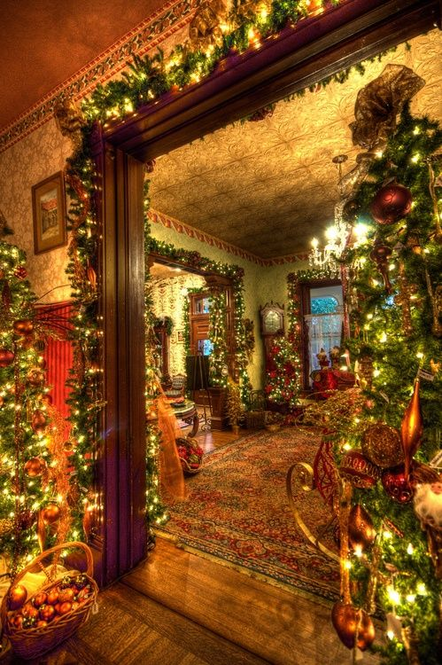 This is a dreamy house. It looks so warm and inviting! I absolutely love it! #HolidayDecor