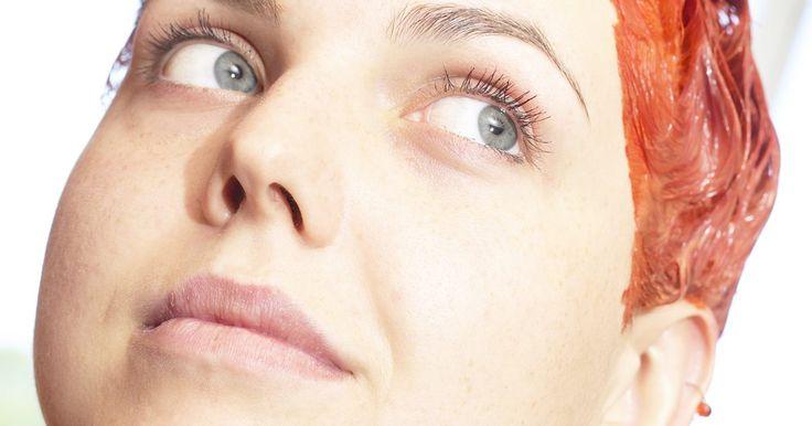 Cómo quitar el tinte para el cabello de las paredes. Teñirte el cabello te ahorrará el gasto de pagar por el servicio en un salón de belleza. La mayoría de los kits caseros para colorear el pelo son fáciles de usar, pero el tinte en crema ligera o líquido puede crear un desorden. Una salpicadura o chorro accidental dejará manchas en tu pared. El pigmento en el tinte puede dejar una marca descolorida ...