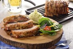 Consiente a la familia con este exquisito lomo de cerdo, envuelto en tocino, y glaseado con mermelada de chabacano. Queda muy jugoso y es una excelente opción para preparar en cualquier reunión, una receta muy fácil y rendidora.