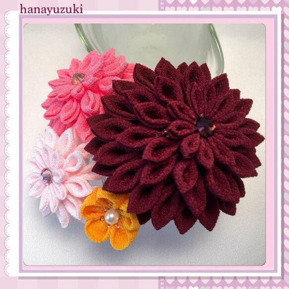 一越縮緬(レーヨン)生地を使った、つまみ細工のコーム簪です。剣つまみのお花を3個、丸つまみの小花を3個、合計6個のお花を組み合わせました。メインの渋めの赤と華...|ハンドメイド、手作り、手仕事品の通販・販売・購入ならCreema。