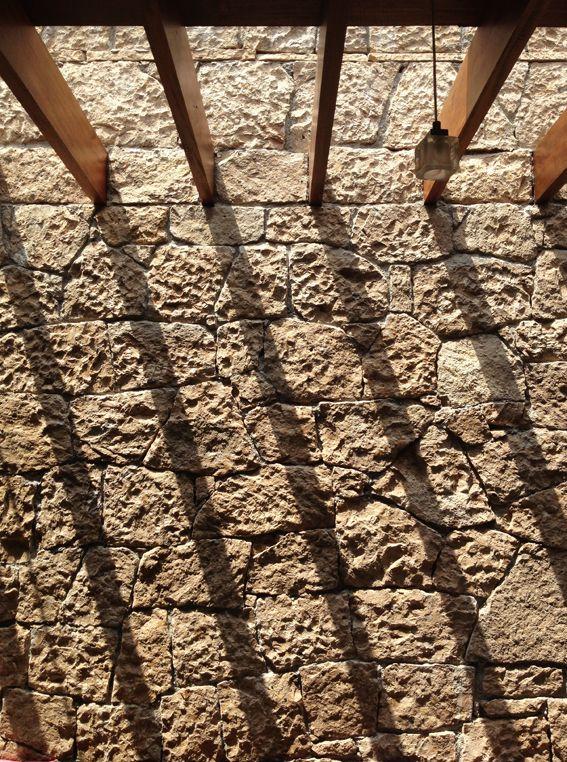 En un rincón de Hidalgo, a unos cuantos kilómetros del asentamiento prehispánico Tolteca, descansa un introspectivo pueblo de nombre Chapantongo, rodeado por campos de apariencia arenisca, un clima seco y no más que débiles manchones verdes que sólo pueden contener su envidia por los matices vegetales que bailan al compás de la brisa templada en …