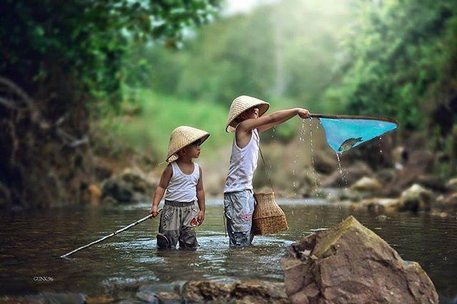 Dunia anak-anak memang selalu menjadi dunia yang menarik, seperti hasil foto @putrajava96 dengan menggunakan #Nikon #DSLR #D600, yang bercerita tentang keceriaan anak-anak yang sedang menangkap ikan.  Nah, besok udah Sabtu neh, buat teman-teman yang sudah berkeluarga pasti udah ga sabar berkumpul dengan keluarga dan bermain dengan si kecil yah? Abadikan setiap moment berharga bersama Nikon.. Selamat hari Jumat.  #nikonindonesia #iamindonesia