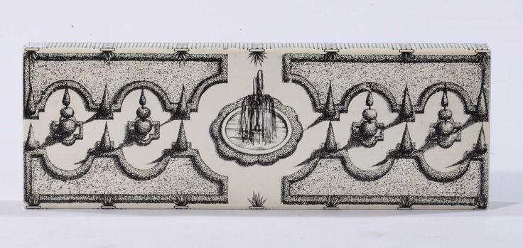 Scatola portasigarette in legno e metallo laccato con decoro di giardino allitaliana. Dimensioni: cm 4x30x11. Logo della manifattura sotto la base. 1960 circa