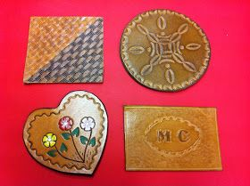 1908d1947 La técnica del troquelado, consiste en utilizar troqueles individuales para  decorar el cuero. Hay