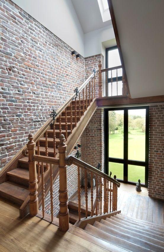 Korytarz, schody, balustrada, ceglane ściany. Zobacz więcej na: https://www.homify.pl/katalogi-inspiracji/13383/homify-360-przytulna-willa-z-cegly