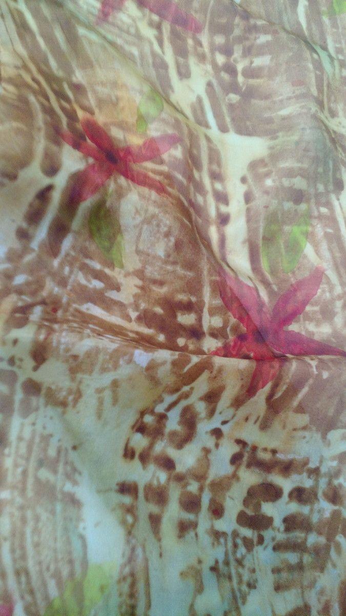 Linda echarpe de seda pongé 5, pintada à mão, com técnica mista. Em tons terrosos, puxando para o dourando, com flores vermelhas pela seda. Ideal para compor um visual arrojado e contemporâneo. Pode ser usada de várias formas.