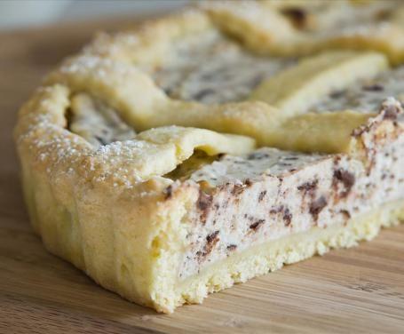 Chi di noi non ha mai assaggiato la crostata di ricotta e cioccolato? Il suo gusto avvolgente vi conquisterà sin dal primo morso!
