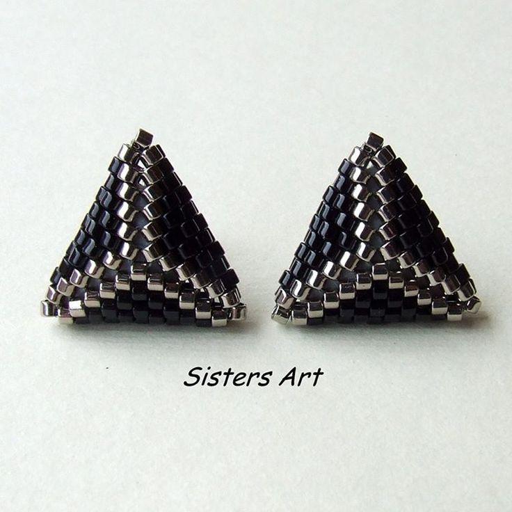 """Orecchini lobo """"31"""" a triangolo doppio, eleganti e luminosi, adatti alla notte di fine anno, per questo si chiamano """"31"""". Realizzati con perline delica utilizzando la tecnica peyote by Misia Sisters Art 💜  Coordinabili con la collana e l'anello """"31"""" #orecchini #lobo #triangolo #fineanno #perline #fattoamano #perlinedelica #peyote #earrings #lobe #triangle #endoftheyear #celebrations #beads #miyukibeads  #delicabeads #miyukidelica #miyuki #handmade #madeinitaly #misshobby  In vendita su…"""